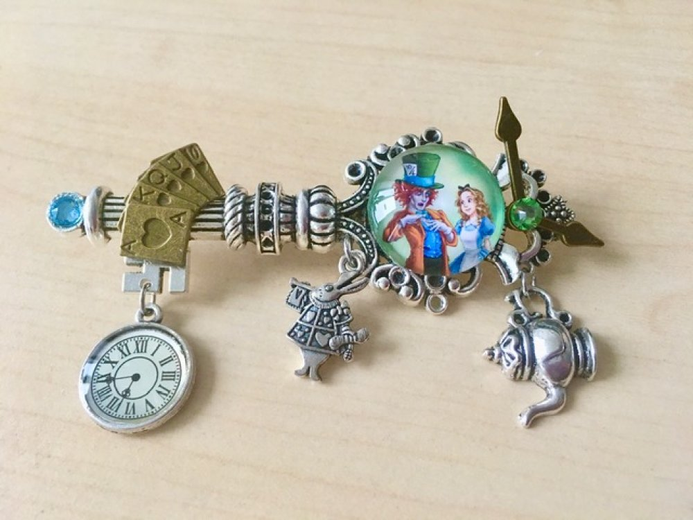 Broche La Clé d'Alice au pays des Merveilles, avec breloques et strass Swarovski