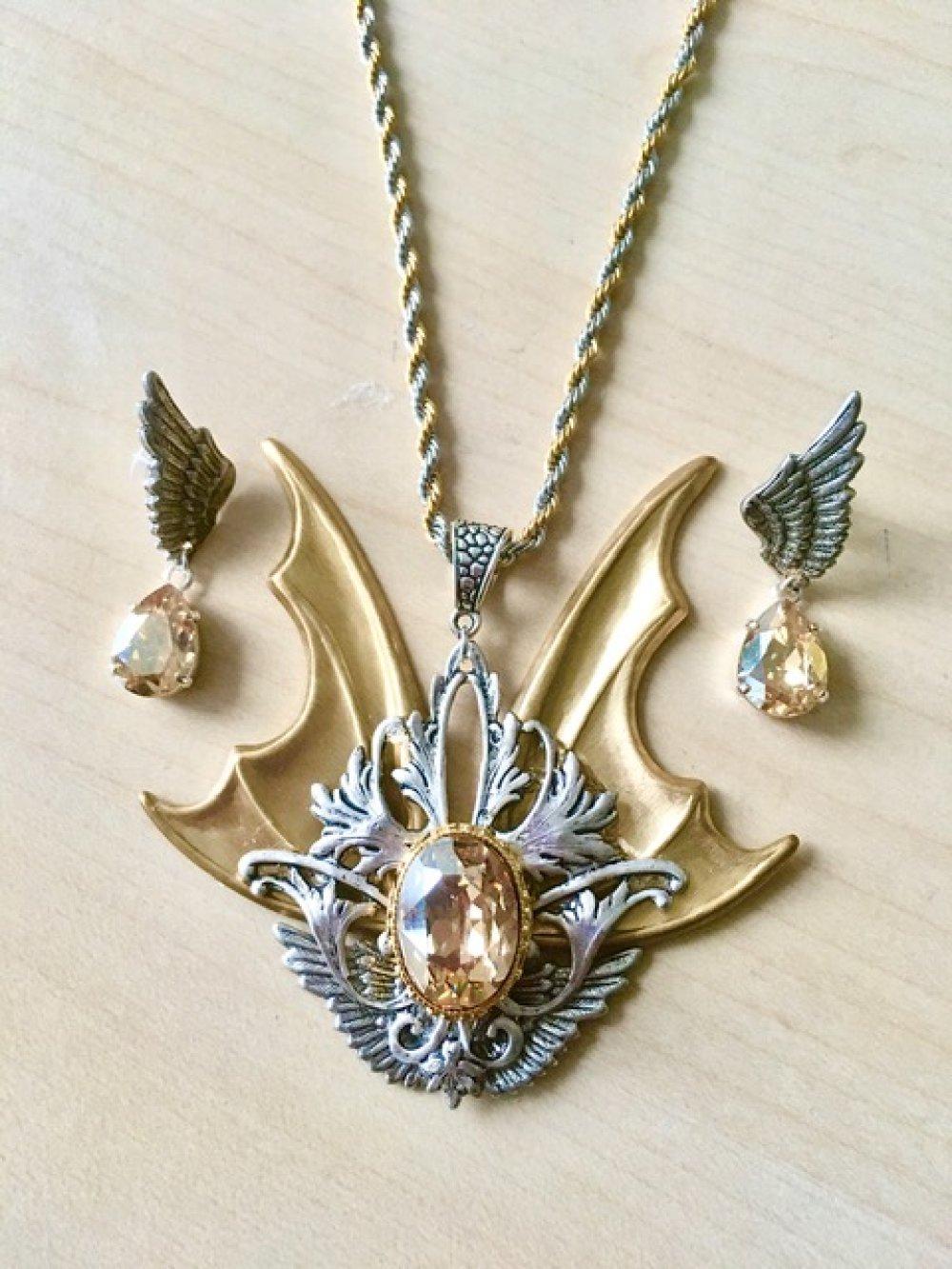 Superbe parure bijoux gothiques victoriens or et argent, avec grandes ailes et cristal Swarovski