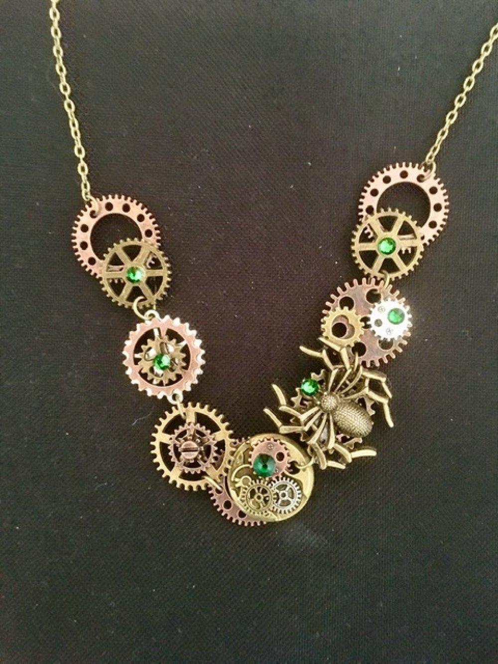 Collier steampunk araignée verte avec rouages et cristal Swarovski