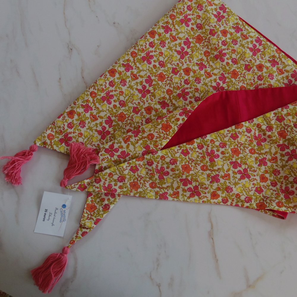 Foulard triangle à pompons en Liberty Meadow rose