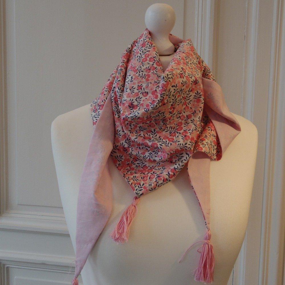 Foulard triangle à pompons en Liberty Wiltshire rose