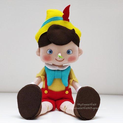 Pinocchio, une poupée décorative fait main