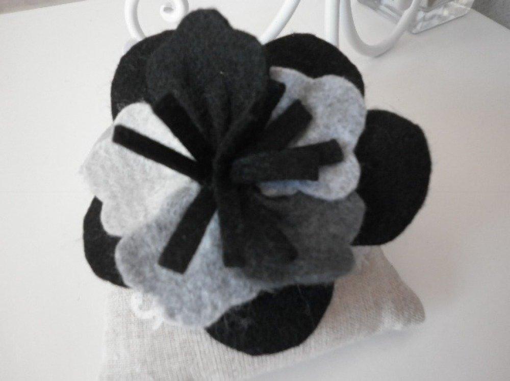 broche fleur feutrine noire et grise