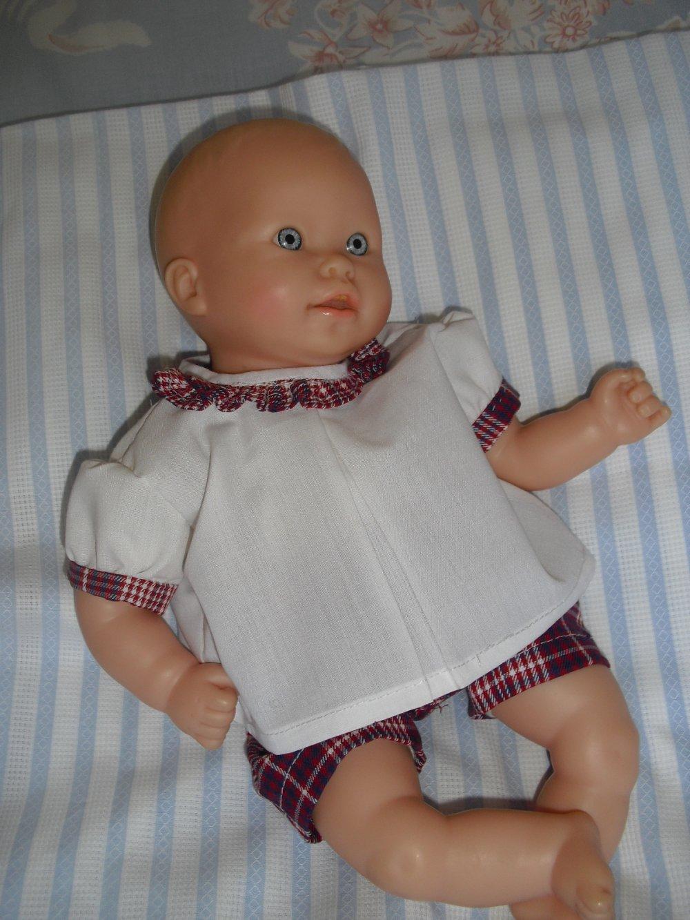 Corsage blanc, culotte écossaise et capuchon rouge pour un poupon d'environ 25-30 cm