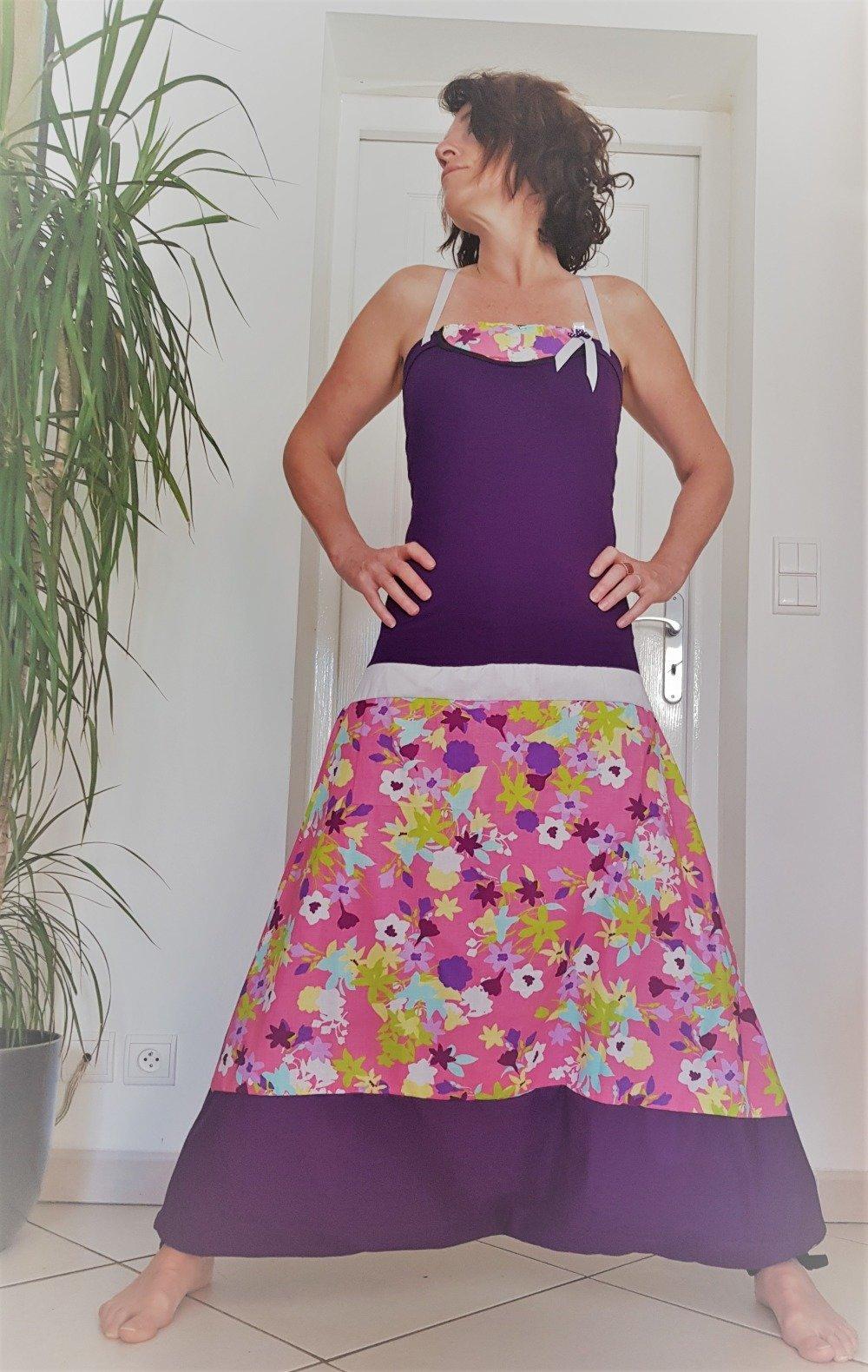 Combi sarouel sur mesure 4 en 1 en coton violet et tissu fleuri rose / bustier Jersey violet et empiècement collier en Wax Actives