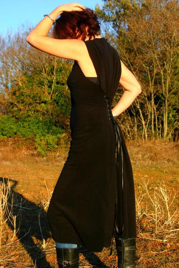 Longue robe noire en polaire laçage dos