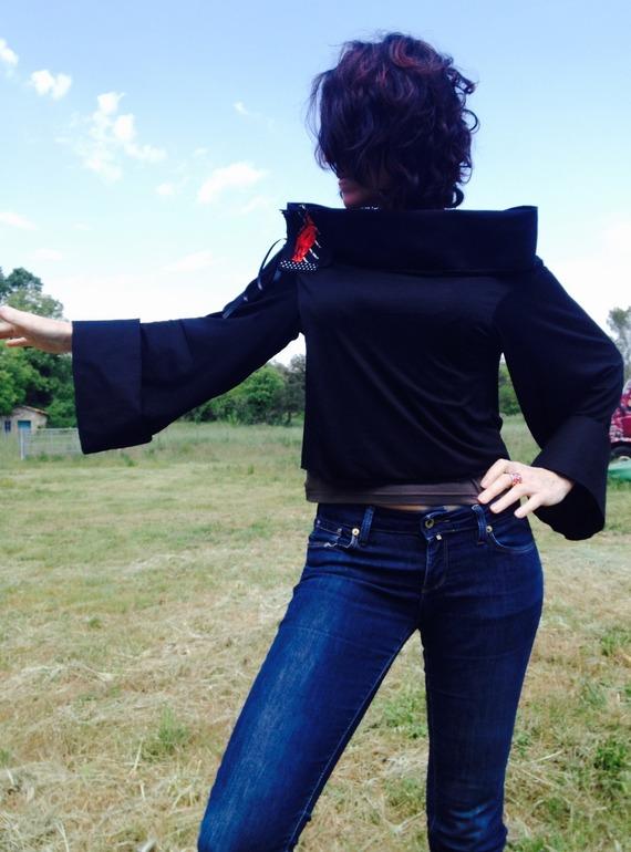 Veste courte Jersey coton noire /Broche assortie selon votre envie