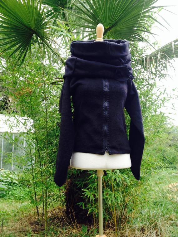 """Manteau/ veste à zip BIO en polaire de coton bio noire """"Tout à l'envers""""+ poche  + broche"""