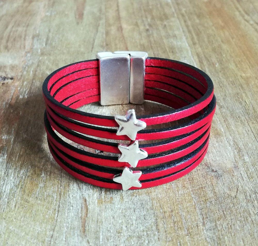 Bracelet manchette cuir rouge avec petites étoiles, idéal pour elle.