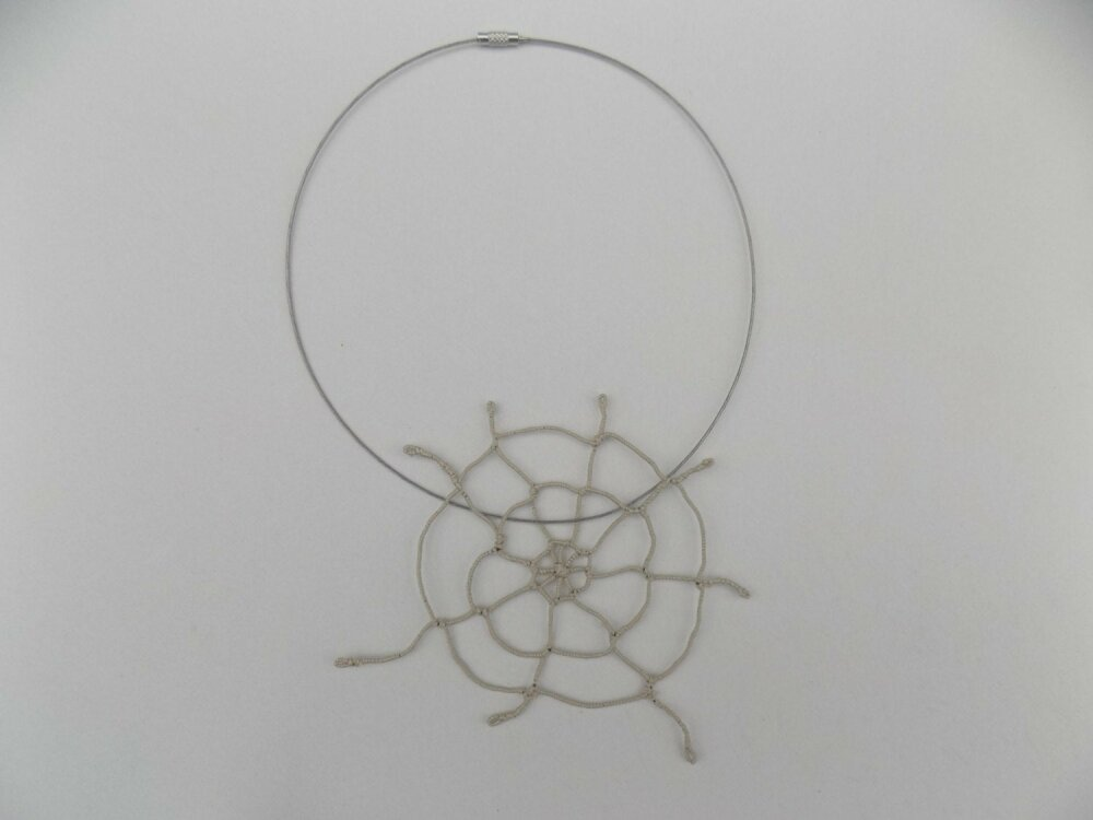 Toile d'araignée Halloween au tissage macramé pour déco ou création de bijoux, pendentif pour collier