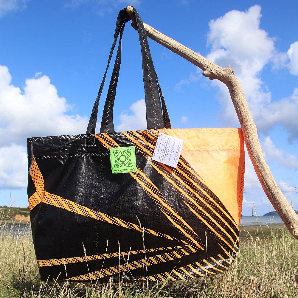 Cabas orange et noir en toile de kitesurf upcyclée