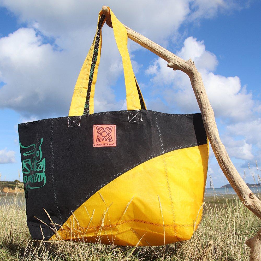 Cabas jaune et noir en toile de kitesurf upcyclée