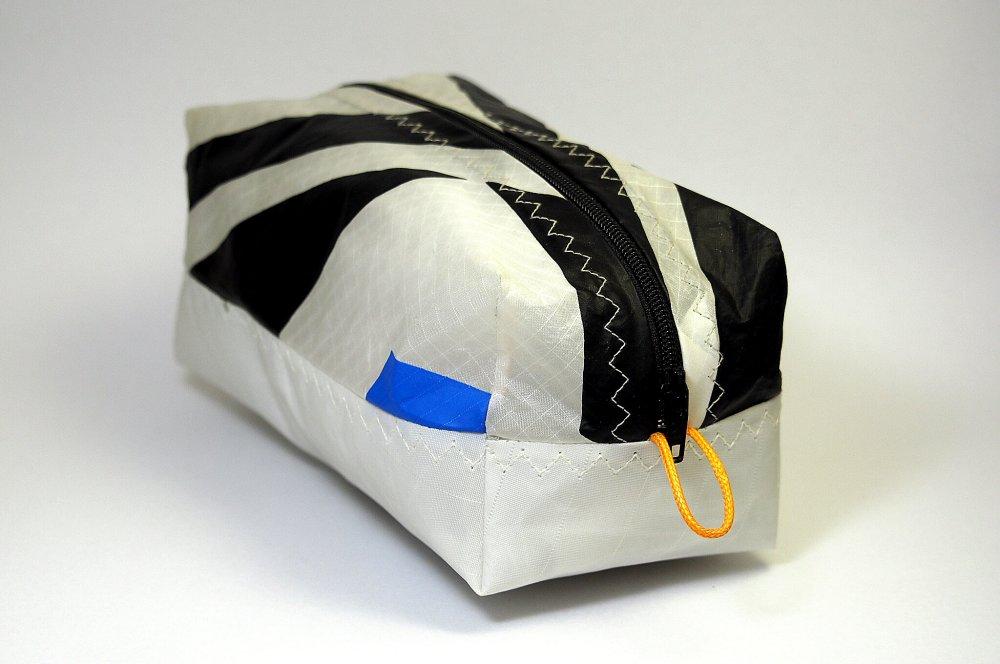 Trousse noire et blanche en aile de kitesurf upcyclée