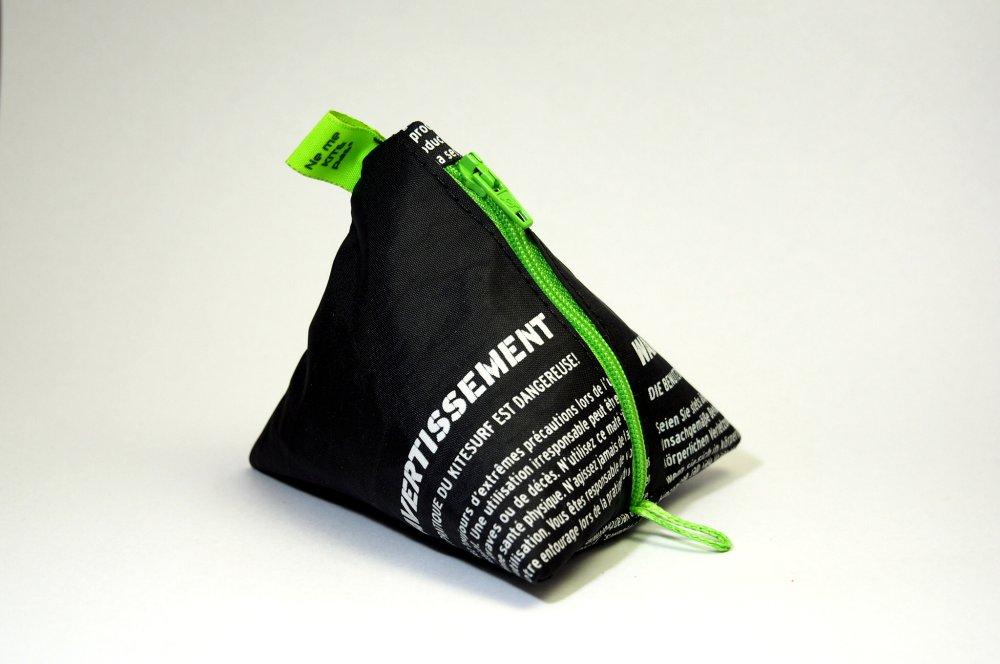 Porte-monnaie vert et noir en aile de kitesurf upcyclée