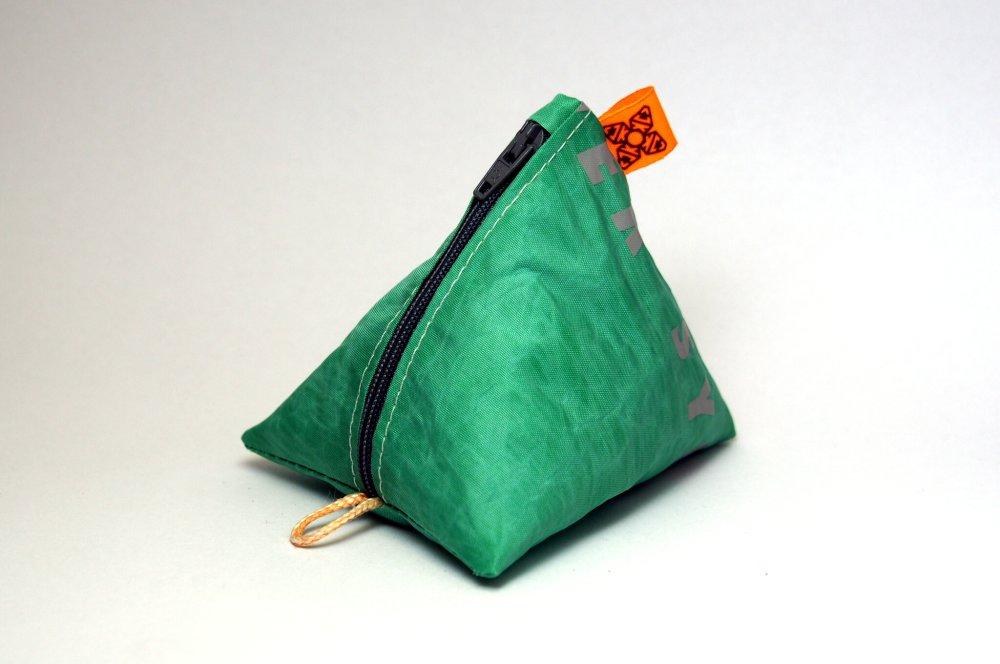 Porte-monnaie orange et vert en aile de kitesurf upcyclée