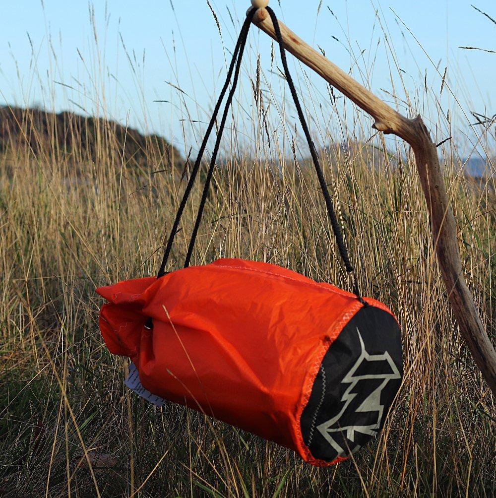 Sac matelot orange et noir en toile de kitesurf upcyclée