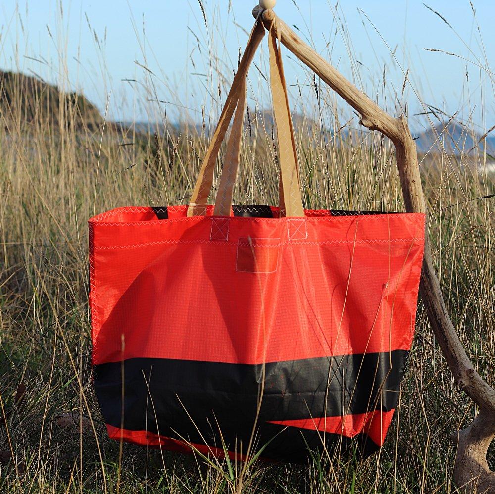 Cabas rouge et noir en toile de kitesurf upcyclée
