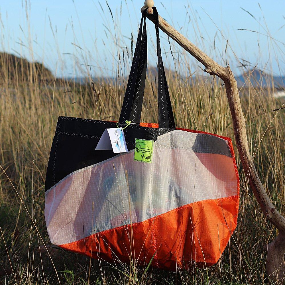 Cabas orange et blanc en toile de kitesurf upcyclée