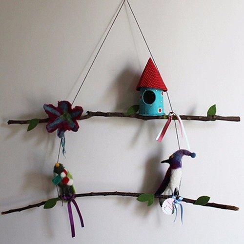 Mobile oiseaux vert et violet et fleurs en laine feutrée