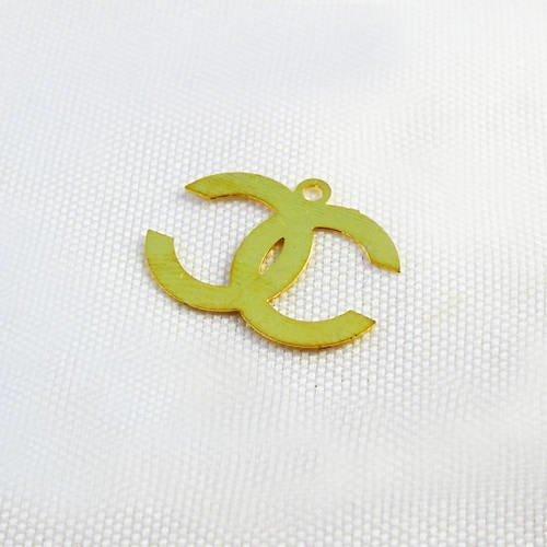 Itl30 - fine breloque pendentif doré en filigrane siglé des lettres double c inversés de 15mm x 10mm griffe mode