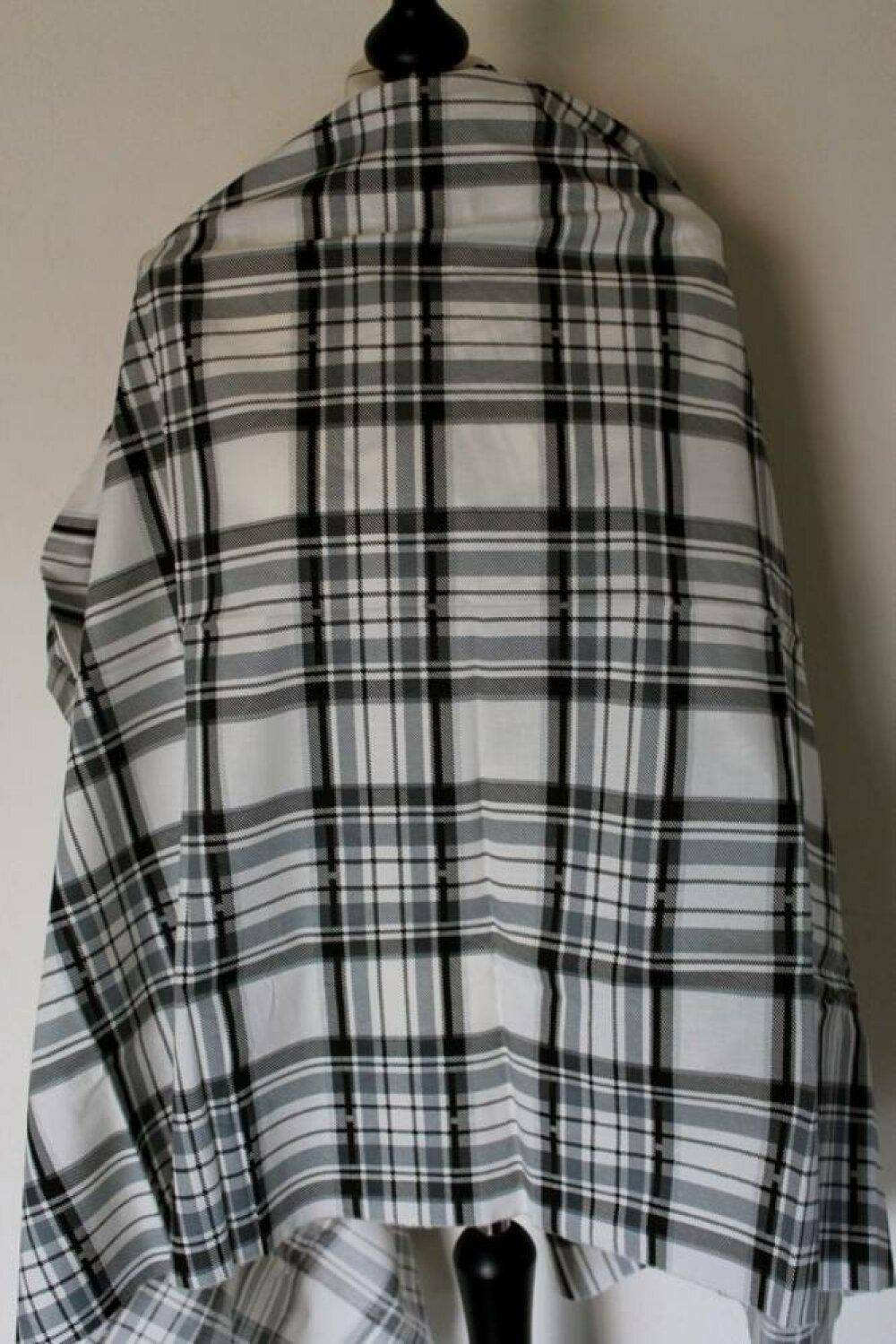 Tissu En Coton Blanc Et Noir Avec De Grands Carreaux