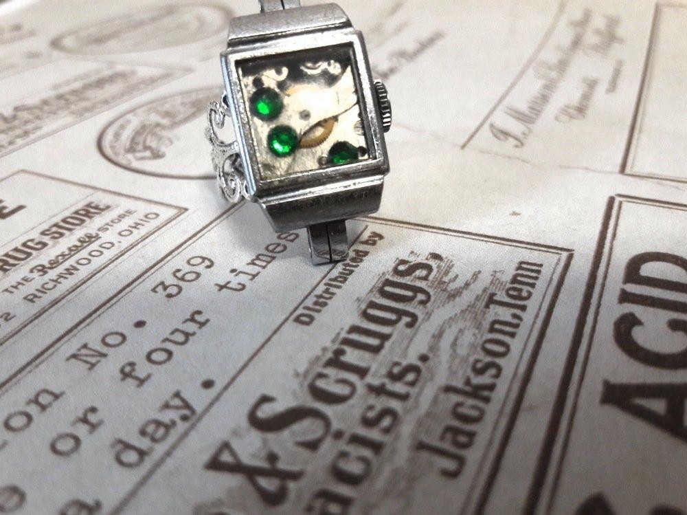 Bague fantaisie réglable steampunk couleur argent mécanisme montre support couleur argent strass vert engrenage rouage création