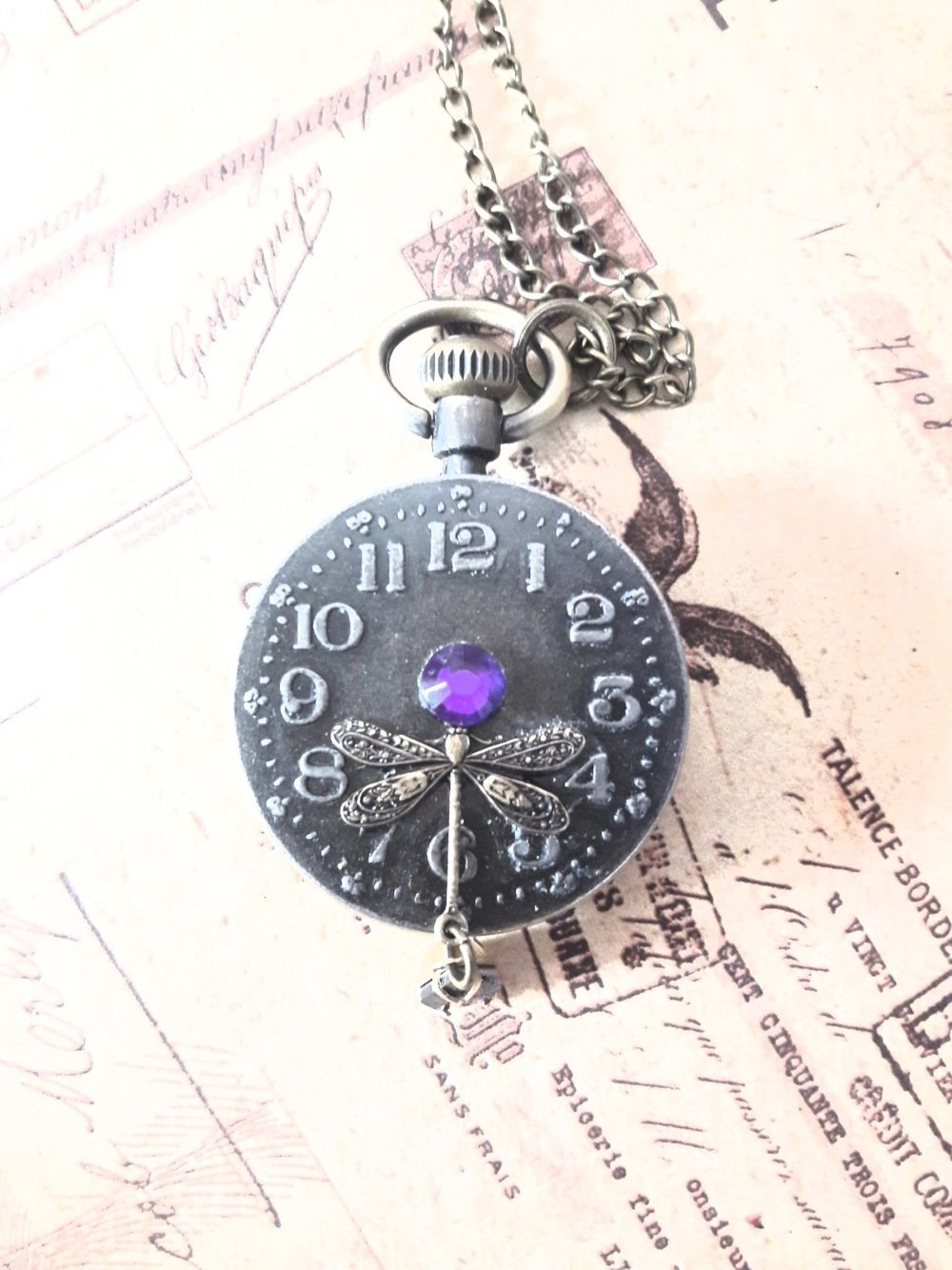 Collier pendentif montre gousset steampunk horloge cadran montre heure chiffre bijou fantaisie unique strass violet libellule perle violette