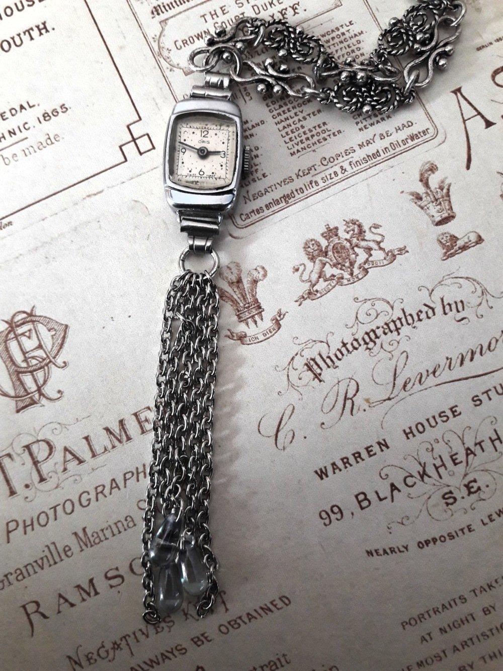 Collier pendentif montre ancienne vintage rétro steampunk horloge cadran heure chiffre bijou fantaisie unique chaine argent perle grise