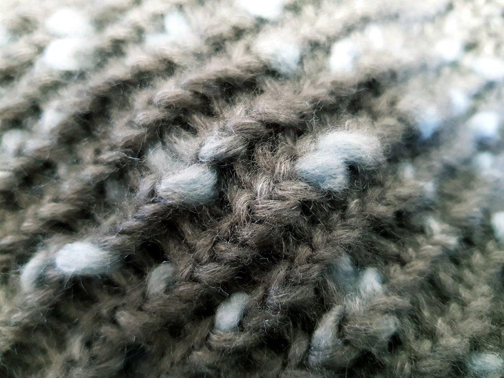 Snood châle cache épaule pompon laine grise moucheté bleue chaude hiver automne gris claire laine moelleuse douce chic écharpe taille