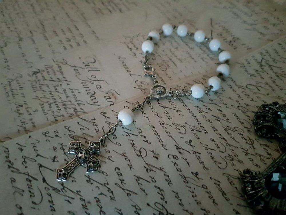 Bracelet religieux chrétien catholique Marie Jesus croix baptême amour rosaire perle blanche ronde prière église croyance croyant paix