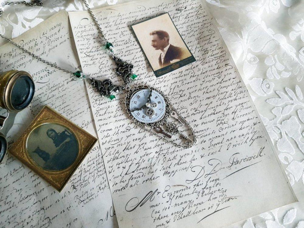 Collier pendentif mécanique steampunk vintage antique rétro collier couleur argent engrenage rouage cadran horloge montre heure aiguille