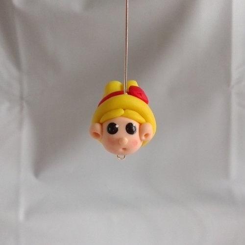 Perle tête petite fille au chapeau jaune en pâte polymère ou fimo