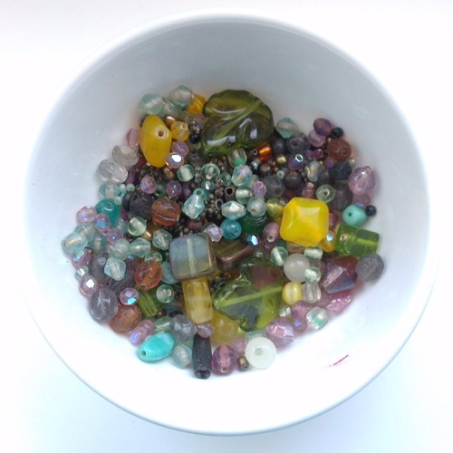 Lot de perles en verre de différentes formes