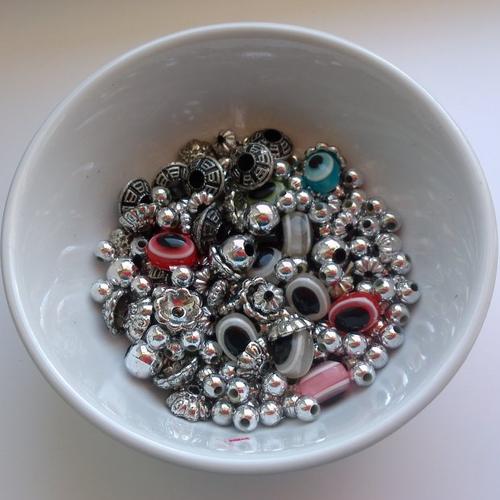Lot de perles acryliques de différentes formes