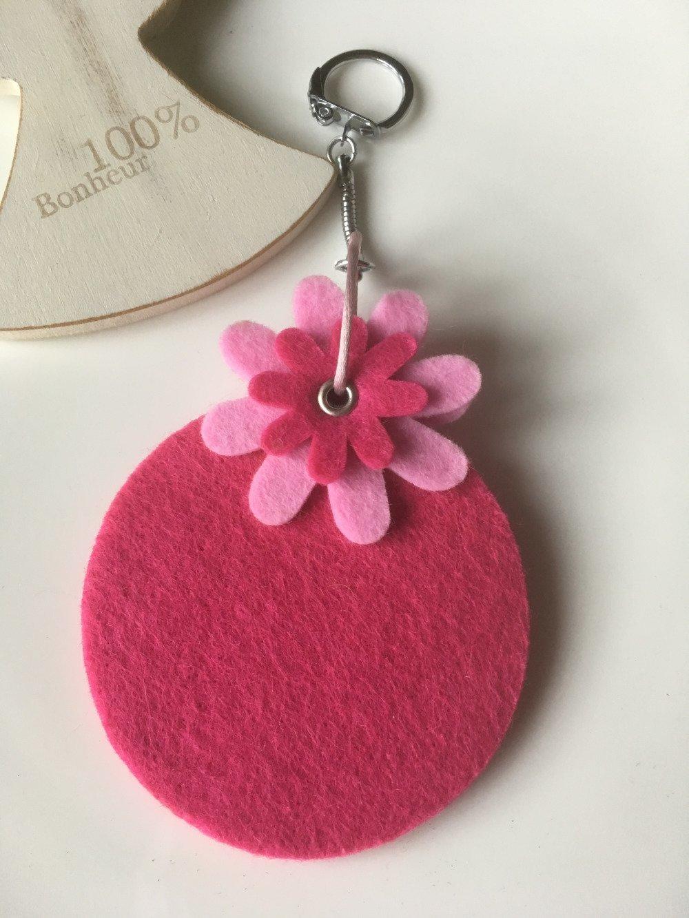 Porte-clefs rond en feutrine fuchsia et ses fleurs roses