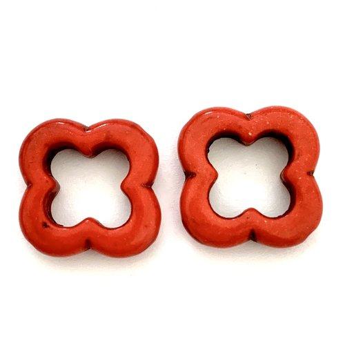 Duo de perles en howlite fleurs rouge clair 2 cm