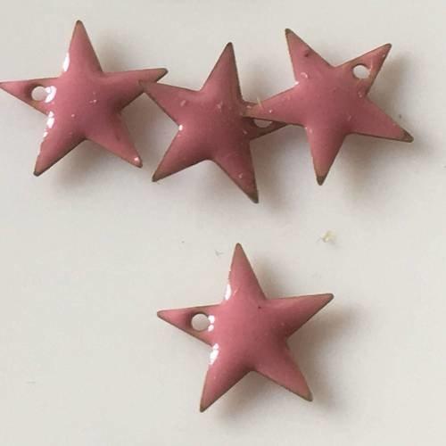 Lot de quatre breloques étoiles émail en vieux rose percées