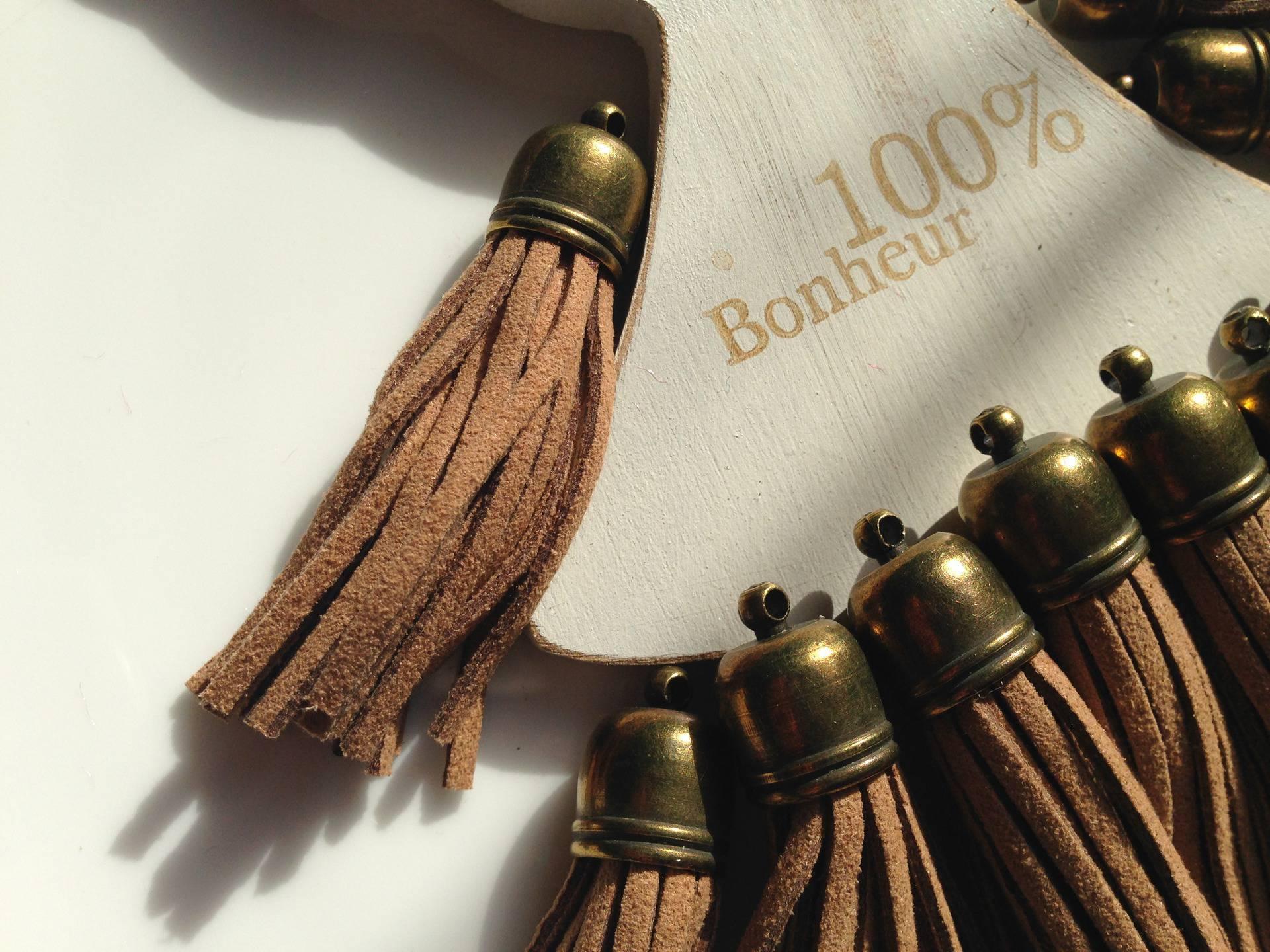 Pompon suédine beige Grand format embout bronze