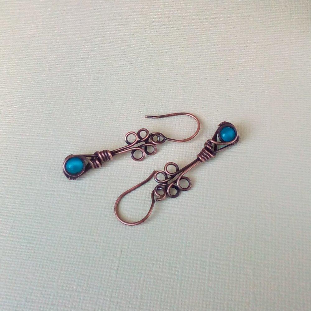 Boucles d'oreille fantaisie longues cuivre vieilli et perles rondes en verre type œil de chat turquoises