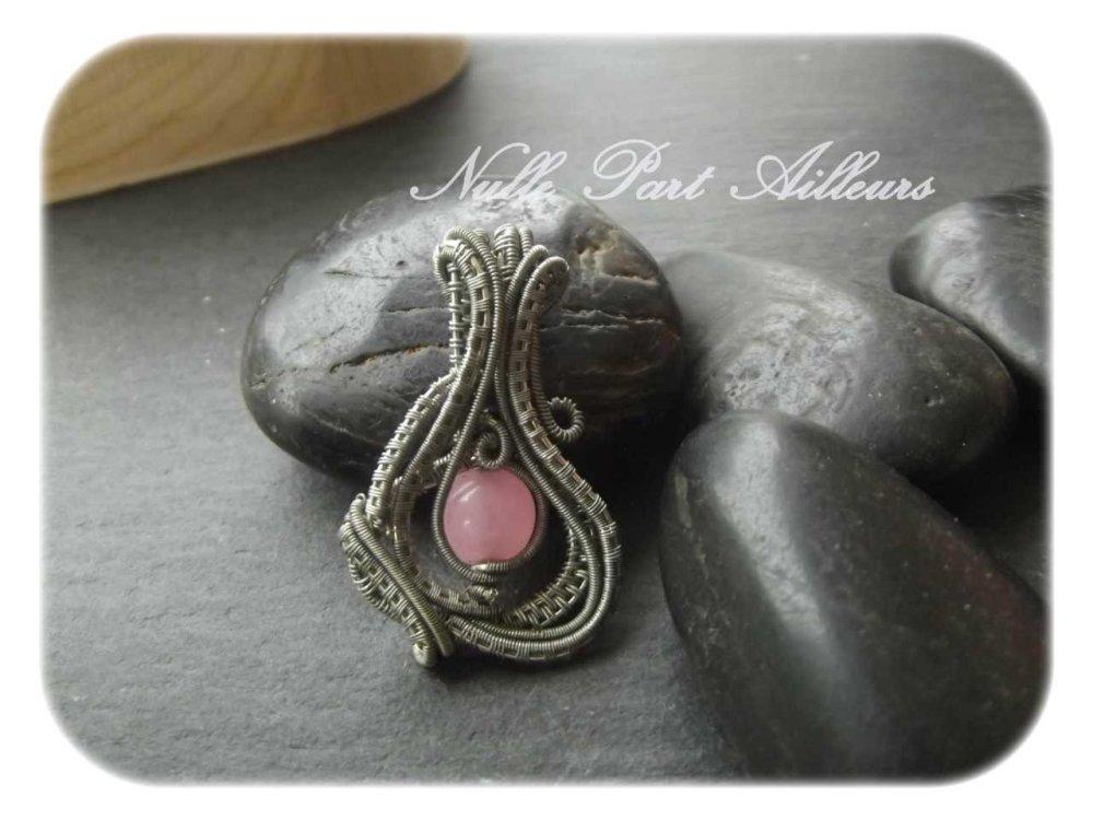 Pendentif wire argenté vieilli et perle rose