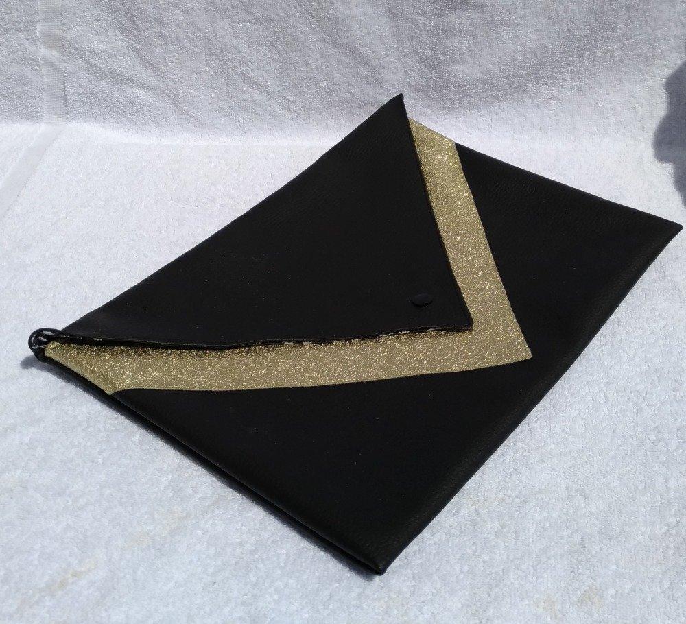 Pochette de soirée en simili cuir noir et doré.