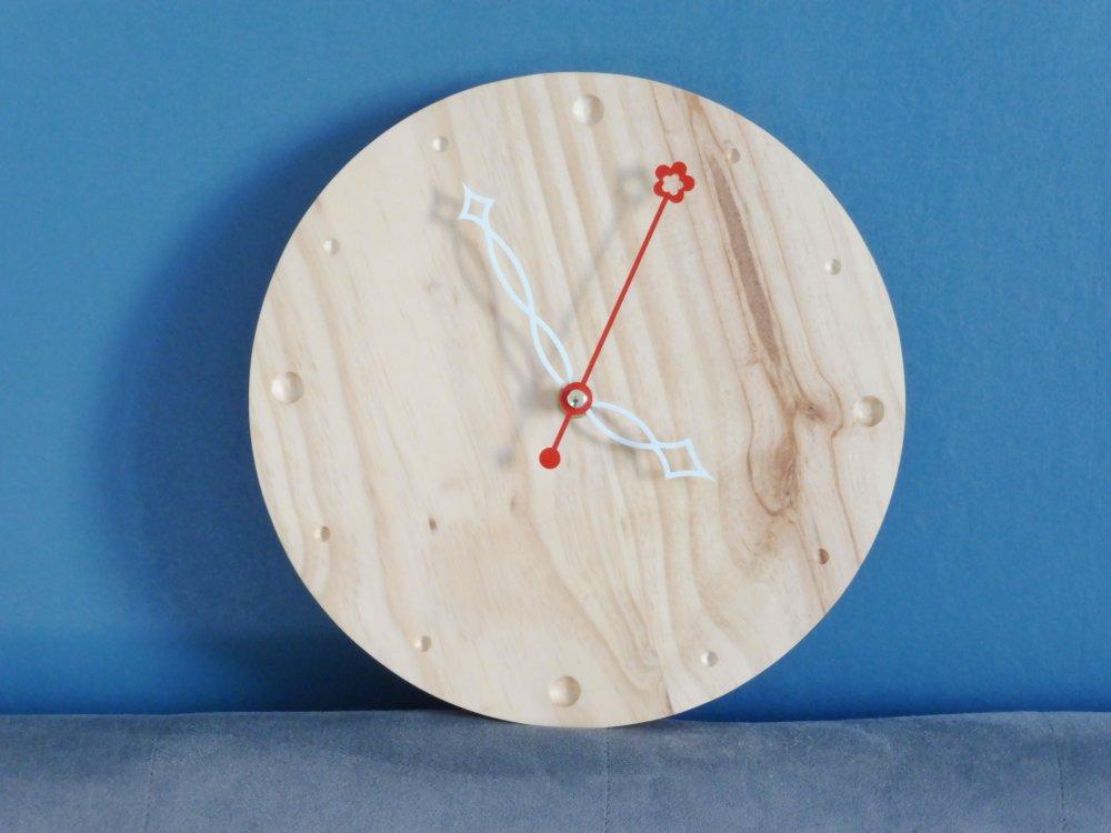 Horloge déco, en couleur ou avec ses papillons - bois - chantournage