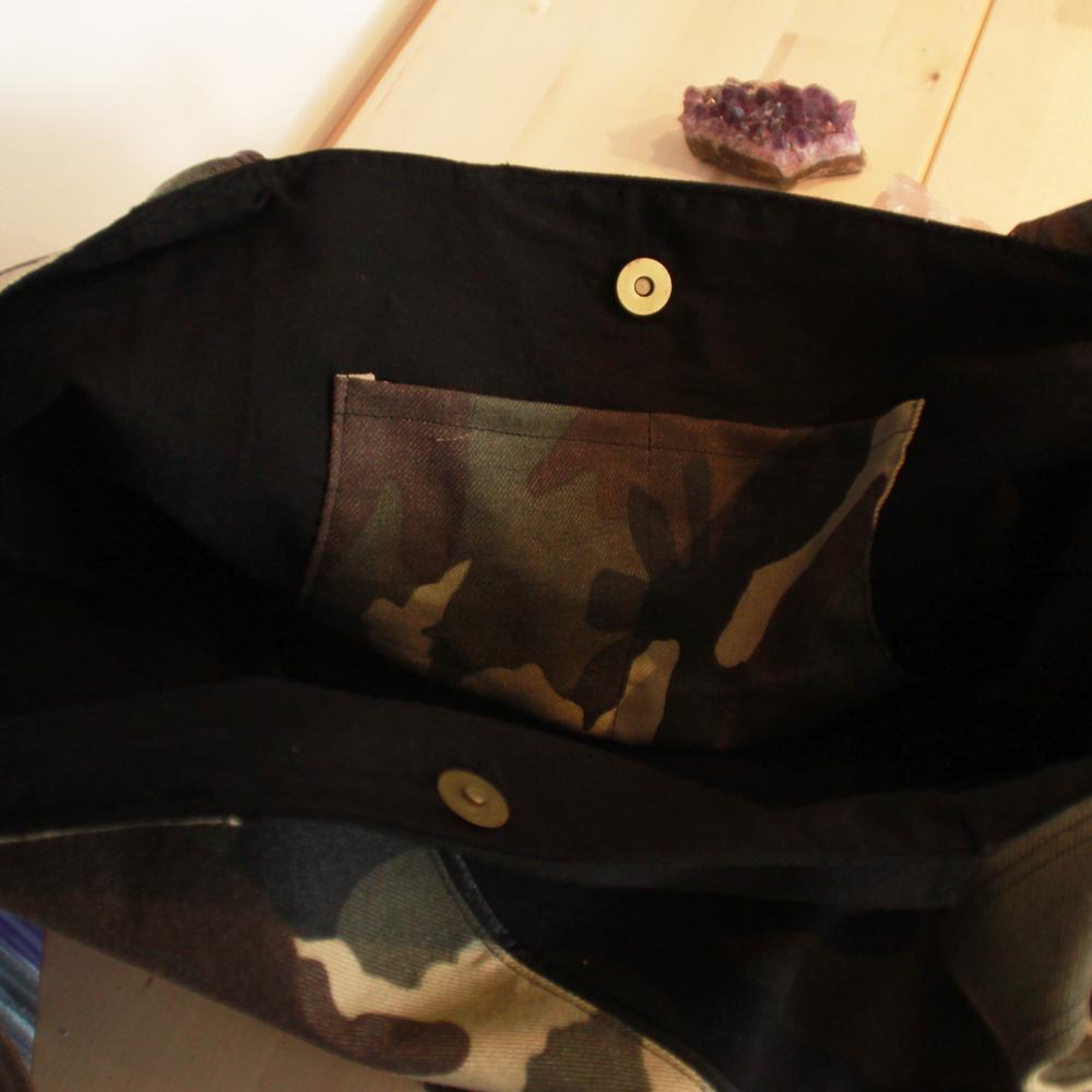 Sac cabas en coton camouflé, noir et détails simili cuir