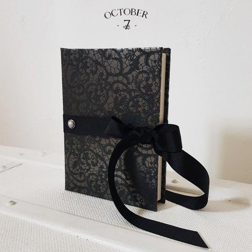 Carnet de notes ligné { dentelle } coloris noir, ruban