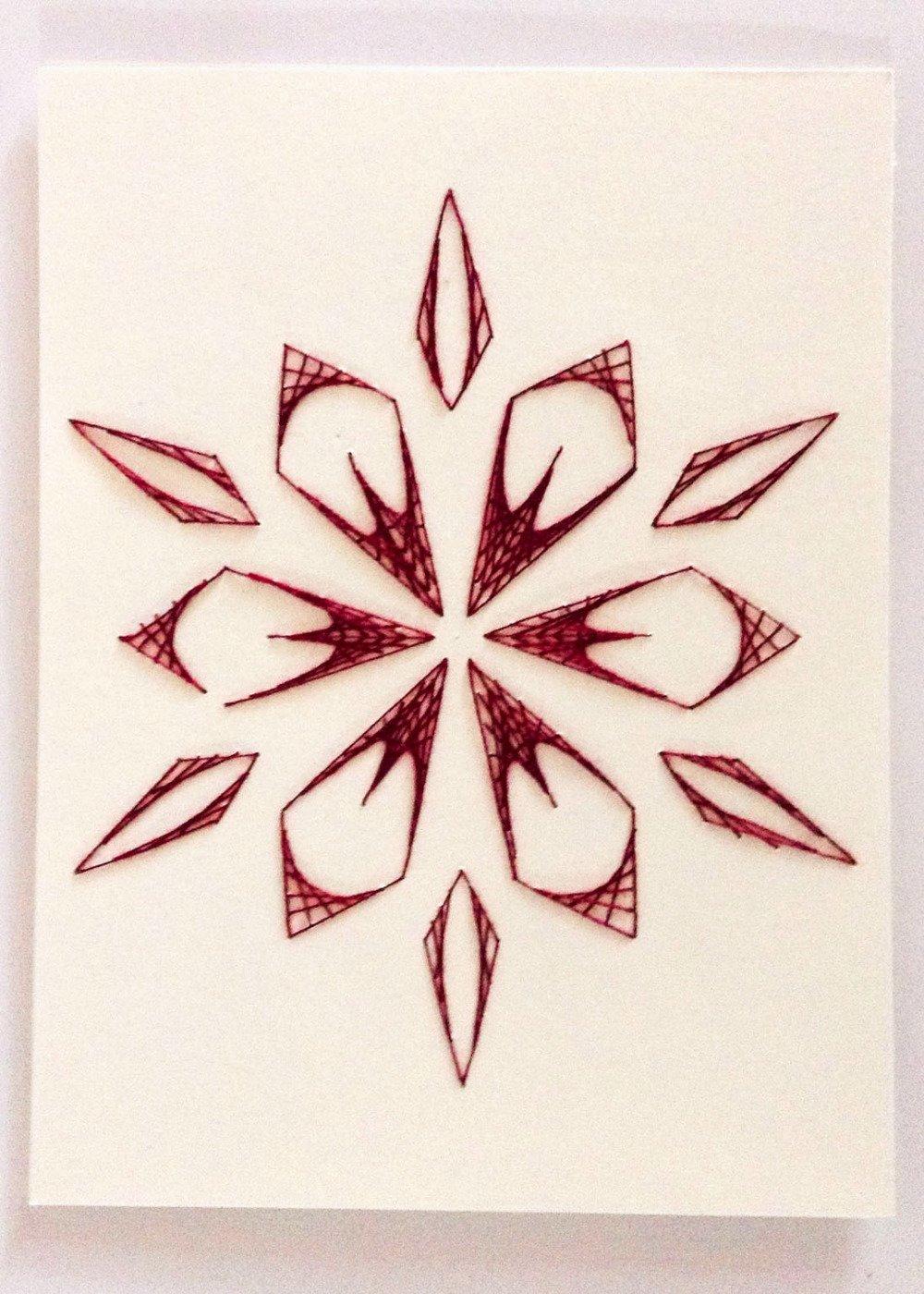 Carte faite main en fils de coton tendus sur carton, motif fleur prune