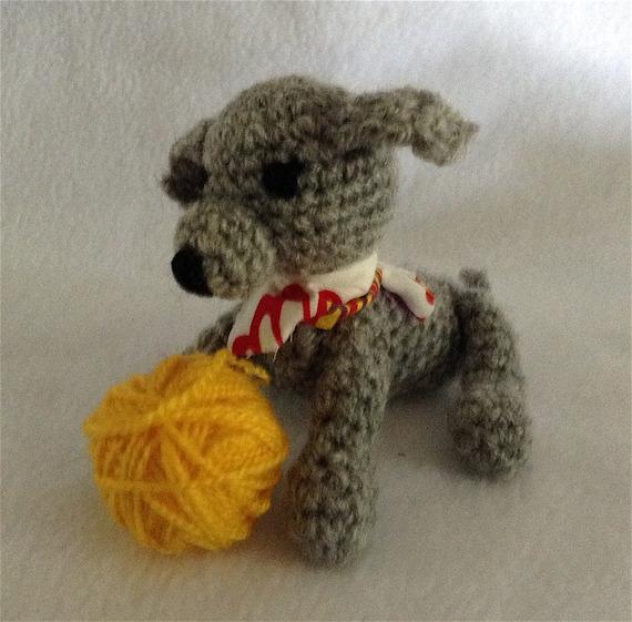 Petit chien gris fait main au crochet jouet amigurumi