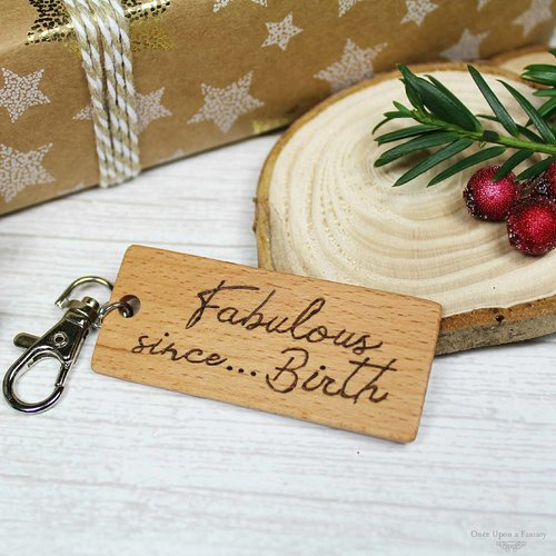 Porte-clé en bois gravé fabulous... since birth, personnalisable, gravé à la main