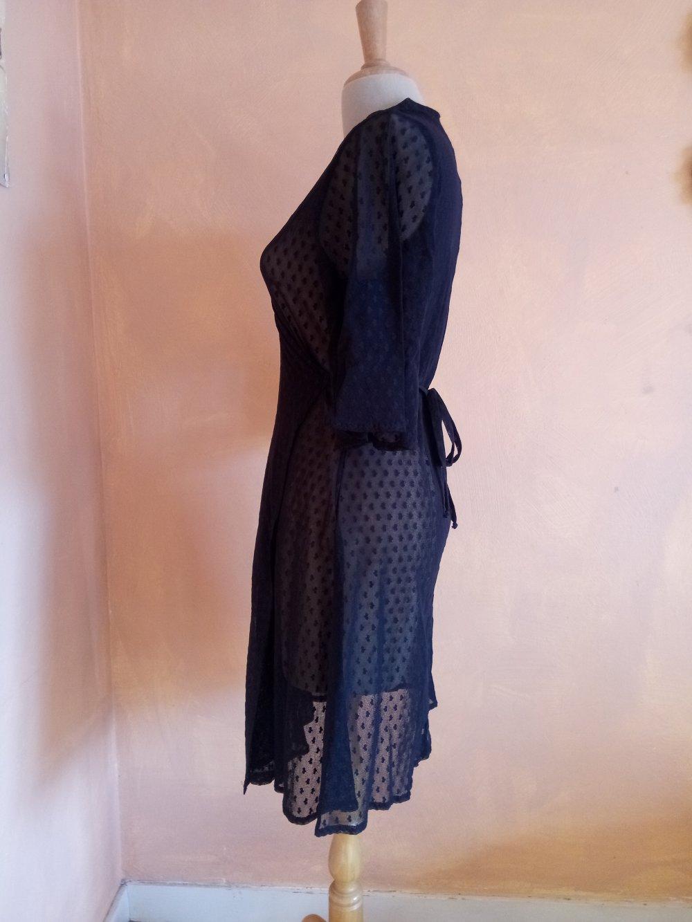 Robe Vénus noir en plumetis transparent.