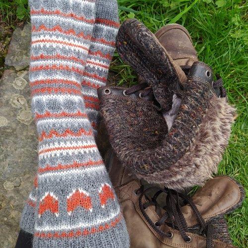 """Chaussettes """"la fosse aux loups"""", tricotées main, motifs tête de renard, gris-écru-rouille, une proposition d'oyazgur"""