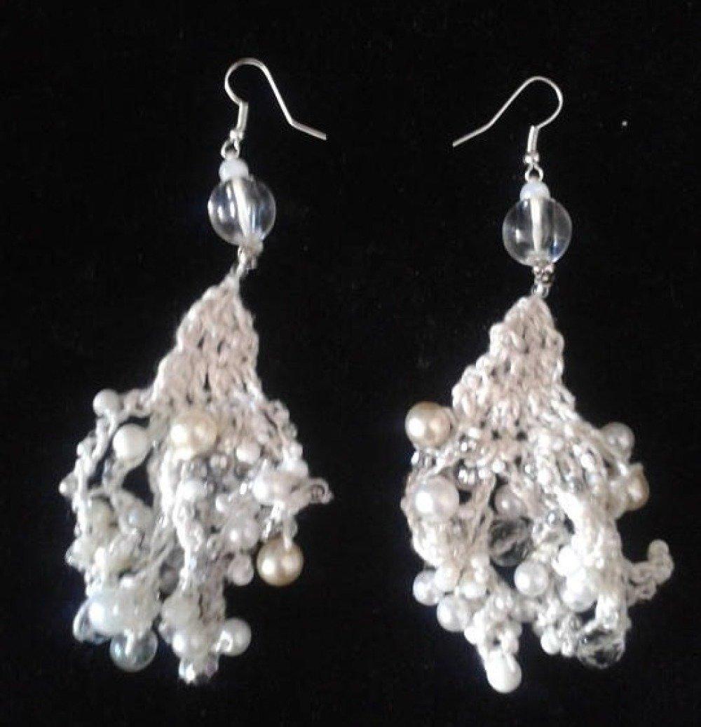 boucles d'oreilles de perles crochetées blanches et argent
